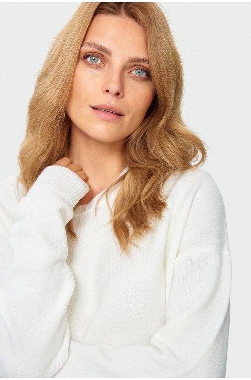 biały sweter o luźnym kroju